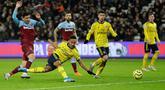 Pemain Arsenal Pierre-Emerick Aubameyang (kedua kiri) mencetak gol ke gawang West Ham United saat bertanding pada laga Liga Inggris di London Stadium, London, Inggris, Senin (9/12/2019). Arsenal menang 3-1. (AP Photo/Kirsty Wigglesworth)