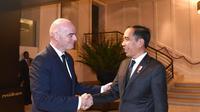 Sebelum menghadiri sidang pleno KTT ke-35 ASEAN di Bangkok, Presiden Joko Widodo atau Jokowi mengadakan pertemuan bilateral dengan Presiden FIFA Gianni Infantino. (Foto: Biro Pers)