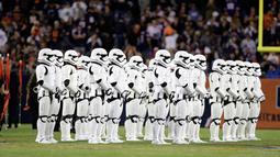 Pasukan Stormtroopers berbaris di lapangan saat paruh kedua pertandingan NFL antara Chicago Bears dan Minnesota Vikings di Chicago (9/10). Kedatangan karakter star wars ini untuk mempromosikan Star Wars: The Last Jedi. (AP Photo/Charles Rex Arbogast)
