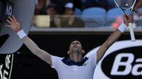 Ekspresi kegembiraan Novak Djokovic setelah mengalahkan Donald Young 6-1, 6-2, 6-4, pada babak pertama Australia Terbuka 2018, Selasa (16/1/2018). (AP Photo/Dita Alangkara)