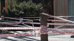 Garis segel dipasang di sebuah taman untuk aturan jarak sosial dan pencegahan terhadap virus corona di Seoul, Korea Selatan pada Rabu (16/12/2020). Sejauh ini, upaya pembatasan jarak sosial di Korea Selatan masih gagal menurunkan kasus Covid-19 yang terus melonjak. (AP Photo/Lee Jin-man)