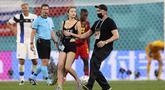 Menjelang akhir pertandingan antara Finlandia melawan Belgia pada Selasa (22/06/2021) dini hari WIB, ada suporter cantik nan seksi yang mengenakan baju serba hitam berlari ke tengah lapangan. (Foto: AP/Pool/Lars Baron)
