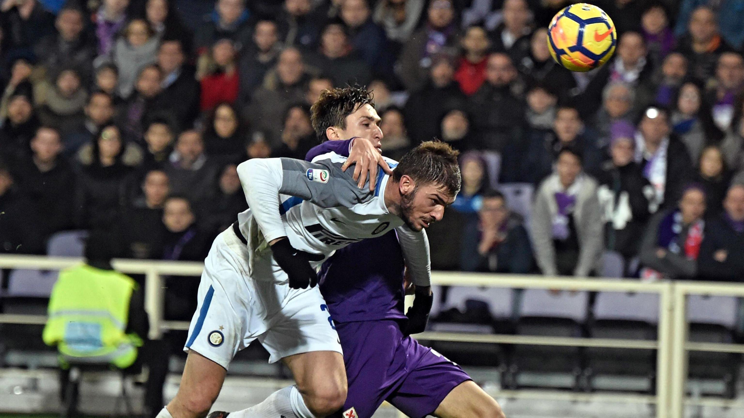 Duel pemain Fiorentina, Federico Chiesa dan pemain Inter Milan, Davide Santon pada laga Serie A di Artemio Franchi Stadium, Florence, (5/1/2018). Inter bermain imbang 1-1 dengan Fiorentina. (Maurizio Degl'Innocenti/ANSA via AP)