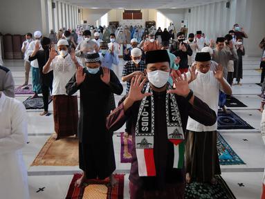 Umat muslim melaksanakan salat Idul Adha 1442 H di Masjid Al-Madina Zona Madina, Parung, Bogor, Jawa Barat, Selasa (20/7/2021). Pelaksanaan salat Idul Adha dilakukan dengan menerapkan protokol kesehatan. (merdeka.com/Arie Basuki)
