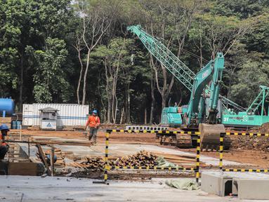 Pekerja menyelesaikan proyek pembangunan mass rapid transit (MRT) fase II rute Bundaran HI-Kota di Taman Monumen Nasional (Monas), Jakarta, Selasa (2/7/2019). Pembangunan tersebut mencakup gardu listrik serta Stasiun Monas.(Www.sulawesita.com)