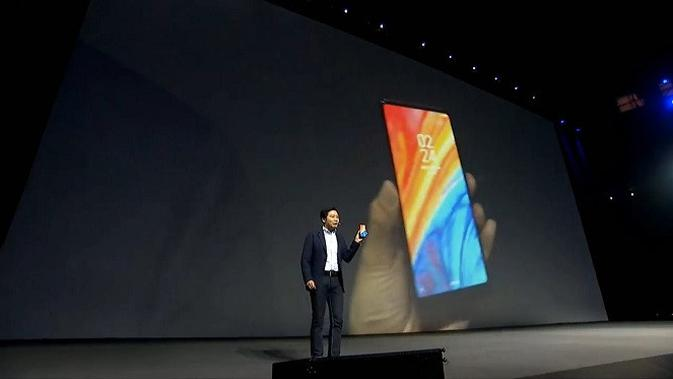 CEO Xiaomi Lei Jun memperkenalkan Mi MIX 2s. Foto: Xiaomi