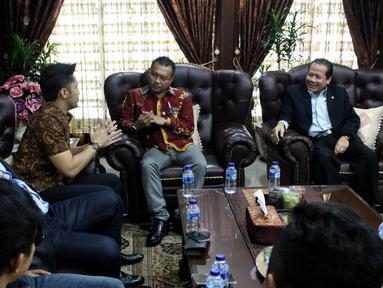 Wakil ketua DPR Taufik Kurniawan (kanan) bertemu dengan pelaku film dan musik seperti Hengky Kurniawan dan Ian Kasela beserta anggota Komisi X Anang Hermansyah di Kompleks MPR/DPR, Senayan, Jakarta,  (18/1). (Liputan6.com/Johan Tallo)