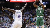Aksi Pemain Celtics Kyrie Irving (no 11) saat melawan Hornets (AP)