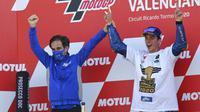 Pemabalap Suzuki Esctar, Joan Mir, melakukan selebrasi bersama manajer Davide Brivio usai balapan MotoGP Valencia di Sirkuit Ricardo Tormo, Minggu (15/11/2020). Meski finis ketujuh, Joan Mir berhasil mengunci gelar juara dunia MotoGP 2020. (AP/Alberto Saiz)