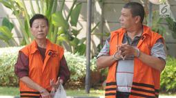 Direktur PT WKE Lily Sundarsih (kiri) dan Pejabat Pembuat Komitmen pada Kemenpora Adhi Purnomo (kanan) berjalan akan menjalani pemeriksaan sebagai tersangka di Gedung KPK, Jakarta, Senin (7/1). (Merdeka.com/Dwi Narwoko)