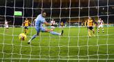 Pemain Wolverhampton Wanderers Pedro Neto (kedua kanan) mencetak gol ke gawang Southampton yang dijaga Alex McCarthy pada pertandingan Liga Primer Inggris di Molineux Stadium, Wolverhampton, Inggris, Senin (23/11/2020). Pertandingan berakhir 1-1. (Michael Steele, Pool via AP)