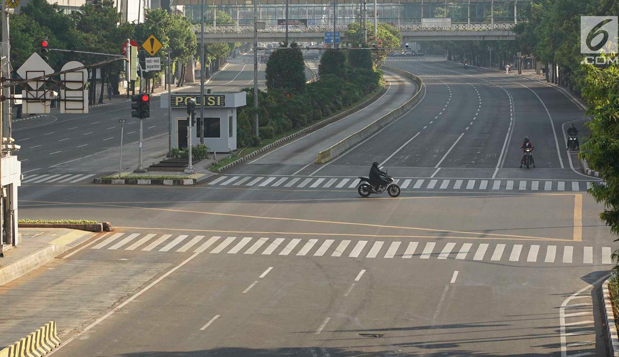 Pengendara sepeda motor melintas di Jalan MH Thamrin, Jakarta, Rabu (5/6/2019). Banyaknya warga Ibu Kota yang mudik ke kampung halaman untuk merayakan Hari Raya Idul Fitri membuat jalan protokol terpantau lengang. (Liputan6.com/Immanuel Antonius)
