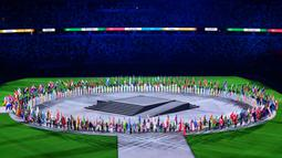Atlet pembawa bendera tiba dengan membawa bendera nasional mereka saat upacara penutupan Olimpiade Tokyo 2020, di Stadion Olimpiade, Tokyo, pada 8 Agustus 2021. (AFP/Pedro Pardo)