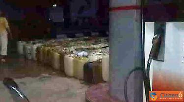 Citzien6, Bengkulu: Puluhan antrean jerigen pengusaha penjual BBM eceran di Bengkulu Utara, Kecamatan Putri Hijau, Desa k-4 dengan No.SPBU 24.383.21. (Pengirim: Yudha)