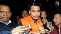 Anggota DPR dari Fraksi Golkar Bowo Sidik Pangarso (BSP) dikawal petugas usai menjalani pemeriksaan di Gedung KPK, Jakarta, Kamis (28/3). KPK menetapkan BSP dan dua tersangka terkait dugaan suap pelaksanaan kerja sama pengangkutan di bidang pelayaran angkut barang pupuk. (merdeka.com/Dwi  Narwoko)