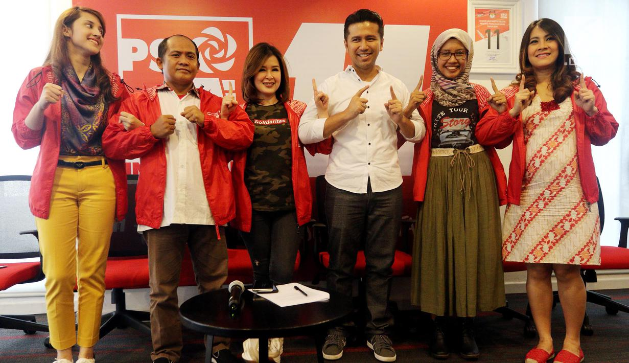 Ketua Umum PSI Grace Natalie (tiga kiri) foto bersama cawagub Jawa Timur Emil Dardak di Kantor DPP PSI, Jakarta Pusat, Rabu (2/5). PSI mendukung pasangan Khofifah Indar Parawansa-Emil Dardak di Pilkada Jatim. (Liputan6.com/Johan Tallo)