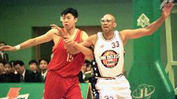 Kareem Abdul-Jabbar (kanan) punya koleksi enam gelar NBA, lima kali bersama Lakers dan satu kali bersama Bucks. Ia juga tercatat sebagai peraih gelar MVP reguler terbanyak yaitu enam kali, dua kali MVP final, dan satu kali Rookie of The Year. (Foto: Getty Images via AFP/Zou Qing)