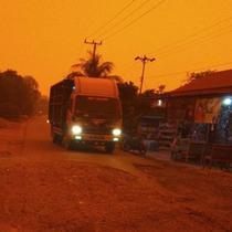 Potret Langit Merah di Jambi Akibat Kabut Asap, Siang Gelap Bak Malam Hari (sumber: Merdeka.com)