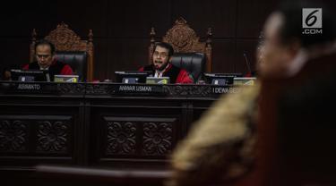 Ketua Mahkamah Konstitusi (MK) Anwar Usman membuka sidang putusan sengketa hasil Pilpres 2019 di Gedung Mahkamah Konstitusi, Jakarta, Kamis (27/6/2019). Sidang yang dimohonkan Prabowo Subianto-Sandiaga Uno itu beragendakan pembacaan putusan oleh majelis hakim MK. (Liputan6.com/Faizal Fanani)