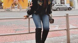 Saat liburan ke Jepang, istri Hamish Daud ini tampil dengan jaket hitam bermotif naga dan celana jeans. Menggunakan sepatu boots panjang berwarna hitam, membuatnya terlihat semakin menawan. (Liputan6.com/IG/@raisa6690)