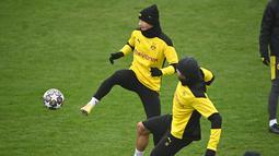 Penyerang Borrusia Dortmund, Marco Reus (kiri) berebut bola dengan gelandang Emre Can selama sesi latihan di tempat latihan tim di Dortmund, Jerman barat (9/3/2021). Borussia Dortmund sebelumnya berhasil mengalahkan Sevilla dengan skor 3-2 di leg pertama. (AFP/Ina Fassbender)