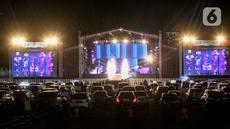Suasana konser New Live Experience 2020 pada hari kedua di Parkir Barat JIExpo Kemayoran, Jakarta, Minggu (30/8/2020). Konser musik dengan konsep drive-in tersebut digelar dengan menerapkan protokol kesehatan untuk mencegah penyebaran COVID-19. (Liputan6.com/Faizal Fanani)