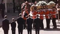 Pangeran William dan Harry saat mengiringi peti jenazah ibunya, Putri Diana. (AP)