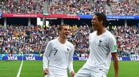 Duo Prancis Raphael Varane (kanan) dan Antoine Griezmann merayakan gol ke gawang Uruguay pada laga 8 besar Piala Dunia 2018 di Nizhny Novgorod Stadium, Jumat (6/7/2018). (AFP/Mladen Antonov)