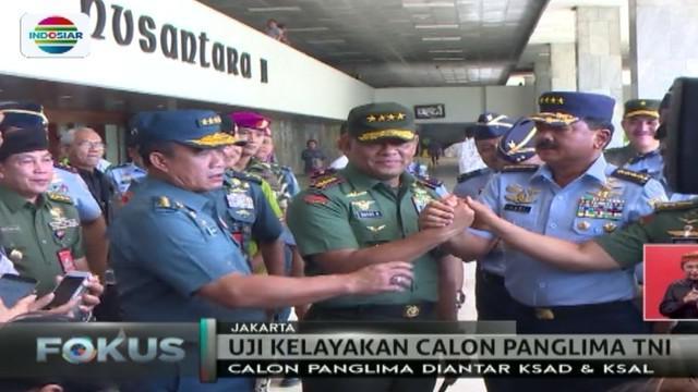Untuk pertama kalinya, calon panglima Marsekal Hadi Tjahjanto diantar oleh Panglima TNI Gatot Nurmantyo untuk uji kelayakan di gedung DPR.
