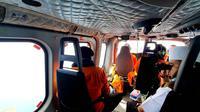 Wali Kota Bengkulu Helmi Hasan sedang memantau perairan Bengkulu beberapa waktu lalu dari atas Helikopter. (Liputan6.com/Yuliardi Hardjo)