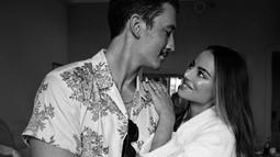 Mereka sudah menjalin hubungan sejak tahun 2013. Pada tahun 2017, Miles Teller melamar Keleigh Sparry pada saat mereka liburan di Afrika. (Liputan6.com/IG/@moniquelhuillier)