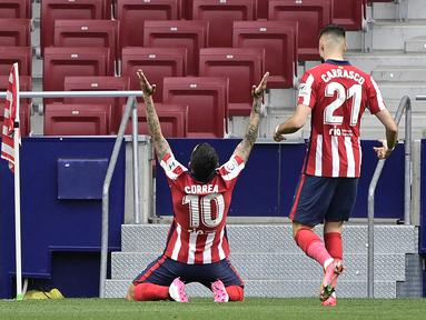 Striker Atletico Madrid, Angel Correa (kiri) melakukan selebrasi usai mencetak gol pertama timnya ke gawang SD Huesca dalam laga lanjutan Liga Spanyol 2020/2021 pekan ke-32 di Wanda Metropolitano Stadium, Madrid, Kamis (22/4/2021). Atletico menang 2-0 atas SD Huesca. (AFP/Javier Soriano)