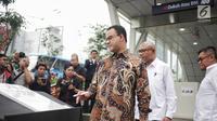 Gubernur DKI Jakarta Anies Baswedan bersiap menandatangani prasasti peresmian kawasan integrasi transportasi Dukuh Atas, Selasa (30/4/2019). Kawasan Terintegrasi Dukuh Atas  menghubungkan empat transportasi umum, yaitu Transjakarta, MRT, KRL, LRT dan Kereta Bandara. (Liputan6.com/Faizal Fanani)