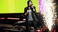 Aksi panggung Charly Setia band di konser cinta Jakarta, Minggu (22/6/14). (Liputan6.com/Faizal Fanani)