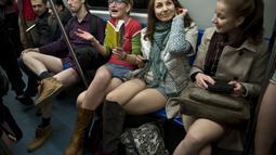 Aksi No Pants Subway Ride ini telah berlangsung sejak 2002, dan telah menyebar di 60 kota dunia. Foto diambil Minggu (11/01/2015). (AFP PHOTO/DANIEL MIHAILESCU)