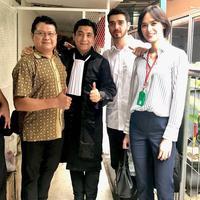 Sidang kasus narkoba yang dijalani Fachri Albar akhirnya selesai. Selasa (10/7) Pengadilan Negeri Jakarta Selatan kembali menyidangkan kasus ayah dua orang anak tersebut. (Instagram/sandyarifinsh)