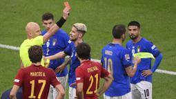Petaka Italia datang pada menit ke-42. Leonardo Bonucci (kanan kedua) harus meninggalkan lapangan setelah diganjar kartu kuning kedua akibat melakukan pelanggaran keras terhadap Sergio Busquets. (AP/Pool/Marco Bertorello)