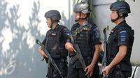 Anggota polisi bersenjata laras panjang berjaga di pintu masuk dermaga Wijayapura menuju LP Nusakambangan, Cilacap, Jateng, Kamis (28/7). 1.466 personel gabungan disiagakan untuk melakukan pengamanan eksekusi mati tahap III. (Liputan6.com/Helmi Afandi)