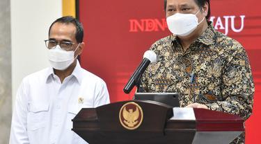 Ketua KPCPEN Airlangga Hartarto dan Menhub Budi Karya Sumadi memberikan keterangan pers usai Rapat Terbatas, Senin (10/05/2021), di Jakarta (Foto: Humas Setkab/Rahmat)