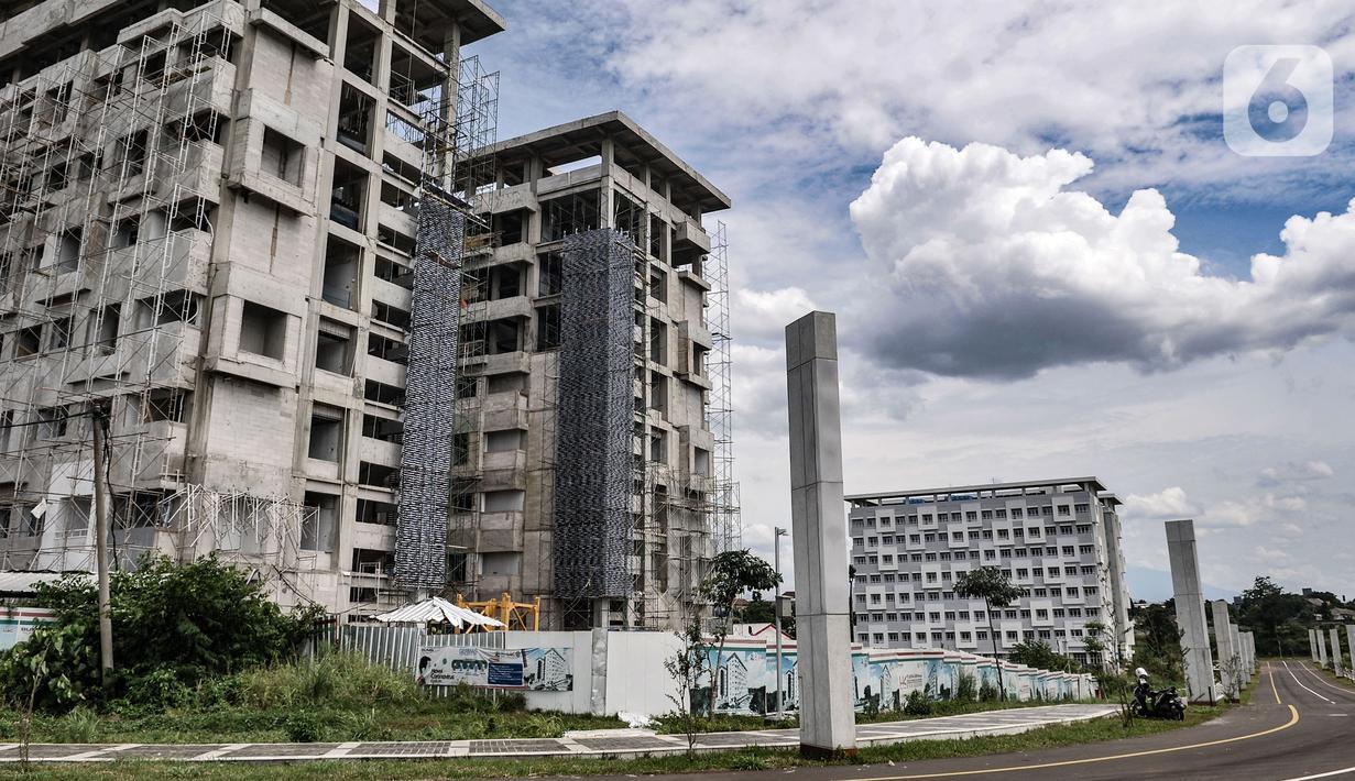 Suasana pembangunan gedung Universitas Islam Internasional Indonesia (UIII) di Cimanggis, Depok, Minggu (28/2/2021). Pemerintah menargetkan konstruksi utama kampus UIII rampung pada Juni atau Agustus 2021 dan siap menerima mahasiswa pada tahun ini. (merdeka.com/Iqbal S Nugroho)