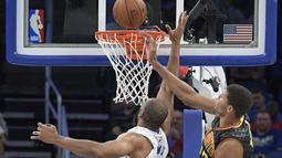 Pemain Atlanta Hawks, Walter Tavares (kiri) melakukan block atas tembakan pemain Orlando Magic, Arinze Onuaku pada laga NBA preseason basketball game di Orlando, (17/10/2016) WIB. (AP/Phelan M. Ebenhack)
