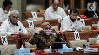 Menaker Ida Fauziyah mengikuti rapat kerja dengan Komisi IX DPR di Kompleks Parlemen, Senayan, Jakarta, Rabu (8/7/2020). Rapat juga membahas langkah strategis pemerintah dalam penciptaan lapangan pekerjaan pada tahun 2021 pada proyek strategis nasional dan UMKM. (Liputan6.com/JohanTallo