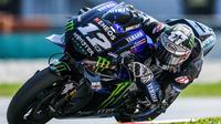 Pebalap Yamaha, Maverick Vinales, saat beraksi pada tes pramusim MotoGP 2019 di Sirkuit Sepang, Kamis (7/2). Pada tes pramusim kali ini Maverick Vinales menduduki posisi pertama dengan catatan waktu 1 menit 58.897 detik. (AFP/Mohd Rasfan)
