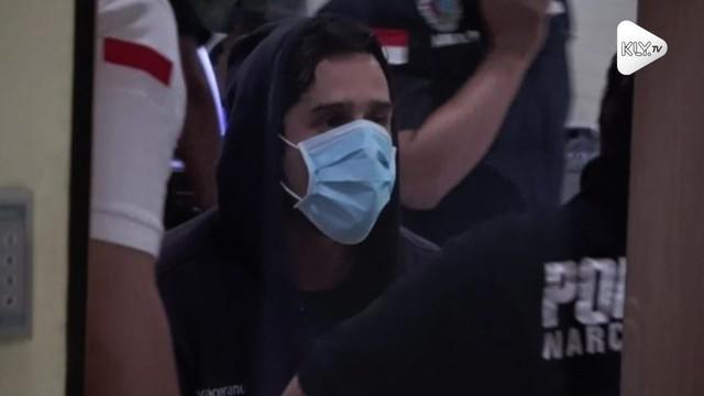Seorang pemain sinetron Claudio Martinez ditangkap polisi karena membawa narkoba.