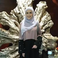 Meski karyanya relatif mahal, Revalina S Temat ternyata tak mengutamakan harga tinggi saat membeli hijab untuk dikenakan sendiri. (Liputan6.com/Dinny Mutiah)