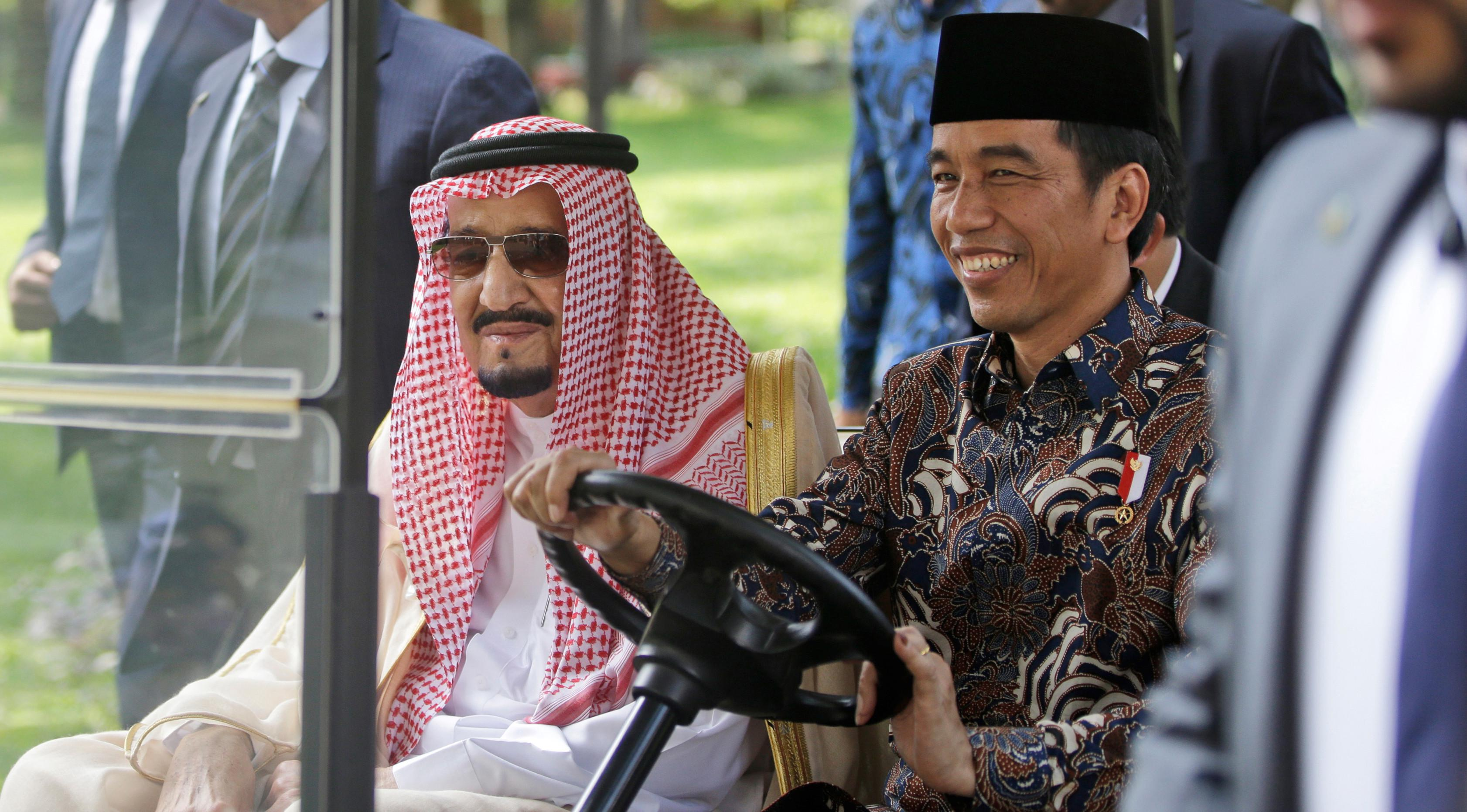 Presiden Jokowi mengajak Raja Salman bin Abdulaziz Al Saud keliling halaman Istana Merdeka dengan menaiki mobil golf, Jakarta, Kamis (2/3). (AFP Photo/ Pool/DITA ALANGKARA)
