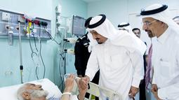 Raja Arab Saudi Salman Bin Abdulaziz Al Saud menjenguk jamaah haji laki laki yang menjadi korban tragedi crane di rumah sakit, Mekah, Arab Saudi. Raja akan terus menginvestigasi dan menyelidiki jatuhnya crane. (REUTERS/ Bandar al-Jaloud)