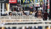 Pengunjung mendatangi gelaran Jakcloth Year End Sale di Plaza Tenggara GBK Senayan, Jakarta, Kamis (26/12/2019).  Di gelar pada 25-29 Desember 2019, Jakcloth tahun ini menghadirkan 400 clothing line lokal. (Liputan6.com/Angga Yuniar)