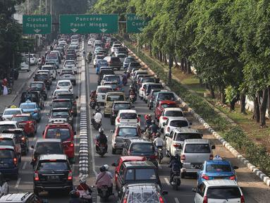 Kendaraan terjebak kemacetan di kawasan Tanjung Barat, Jakarta, (6/7). Banyaknya kendaraan pribadi menjadi penyebab kemacetan di sejumlah ruas jalan Ibu Kota, meskipun saat hari libur dan ditinggal mudik sebagian warganya. (Liputan6.com/Immanuel Antonius)