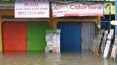 Suasana pertokoan yang tutup akibat banjir di Jalan KH Hasyim Ashari, Ciledug, Tangerang, Kamis (2/1/2020). Banjir yang melanda Ciledug dan sekitarnya membuat aktivitas perekonomian di kawasan tersebut lumpuh sementara. (Liputan6.com/Angga Yuniar)